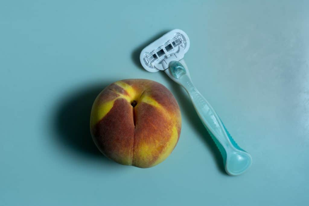 disposable cartridge razor and peach